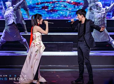 谢娜张杰亮相《跨界歌王》舞台视觉惊艳 舞美火力全开