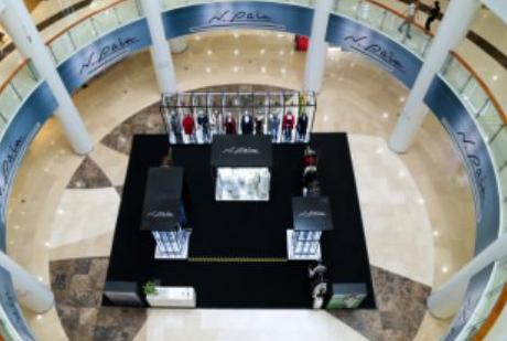 """2017年9月,N.paia恩派雅全国巡展首站落地成都,于9月28日在成都王府井科华店完美落幕。此次展览延续2017秋冬秀场主题,以""""重置""""概念设计的展厅,借由玻璃和发光灯体打造一个充满未来感的装"""